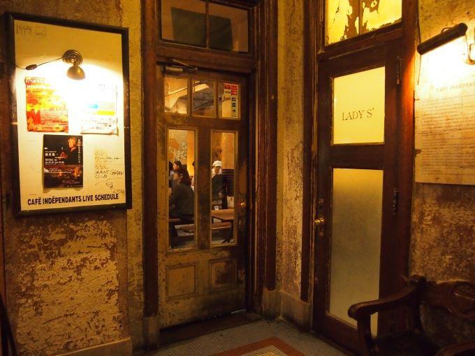 地階、隠れ家的なカフェ・アートスペースにはお酒あり、ライブあり