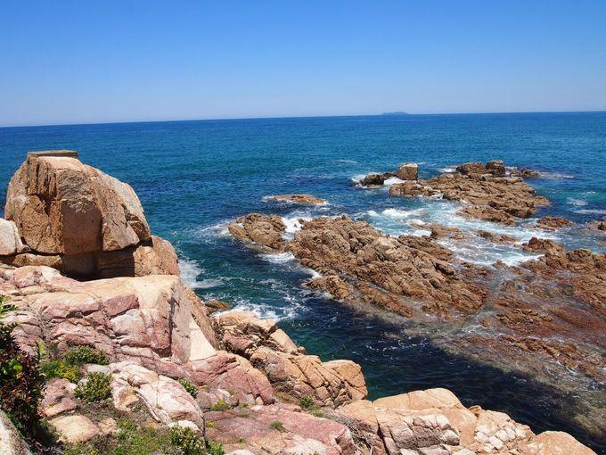 二の鳥居からはこの眺め、青い空、青い海、不思議な岩礁