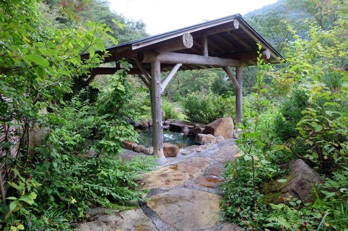 源泉掛け流しの露天風呂、自然に囲まれ、美肌の湯をご堪能あれ!
