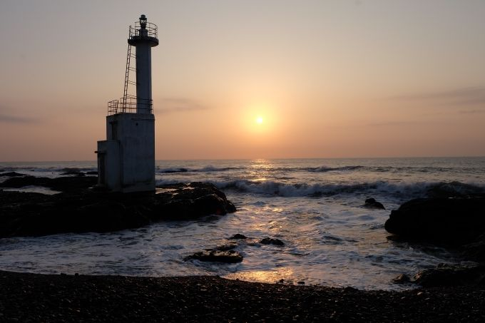 海に昇る朝日と灯台が作り出す絶景、大洗磯前神社の神磯鳥居もすぐそば