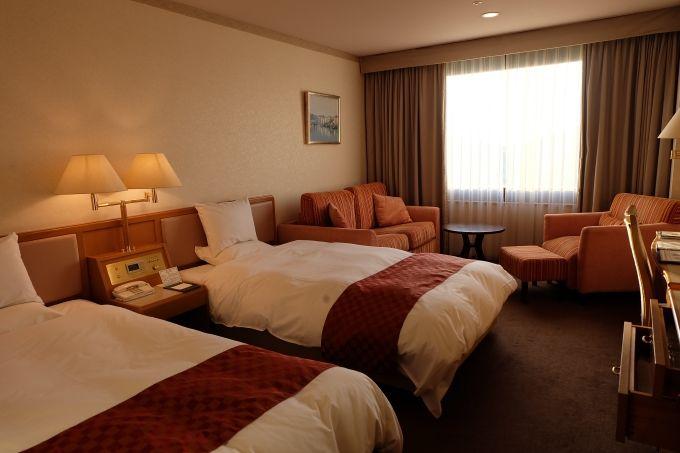 客室はベッドもソファもゆったり、BGM設備ありの寛ぎのスペース