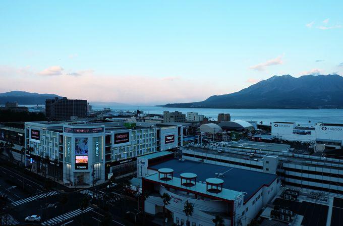 ホテル周辺には商業施設が充実、市内へは便利な無料シャトルバス