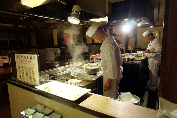 魅力4.名物のビーフシチュー、目の前で揚げてくれる天ぷら!