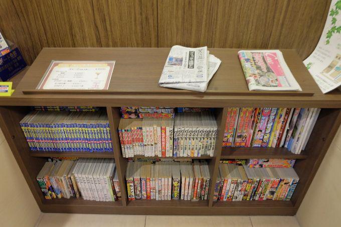 雑誌コーナーには新聞、雑誌、コミックなど