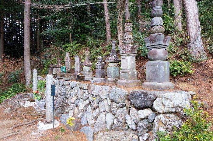 本堂の脇を上がっていくと、太田道灌親子の公墓