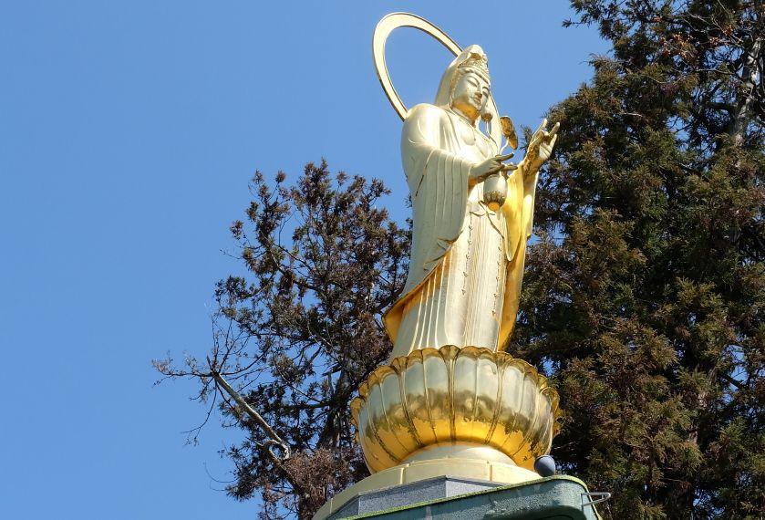 海田町を優しく見守る、金色に輝く「ひまわり観音」