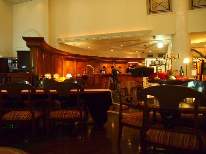 吹き抜けのラウンジでは朝昼夕の食事、夜はカクテルバーに