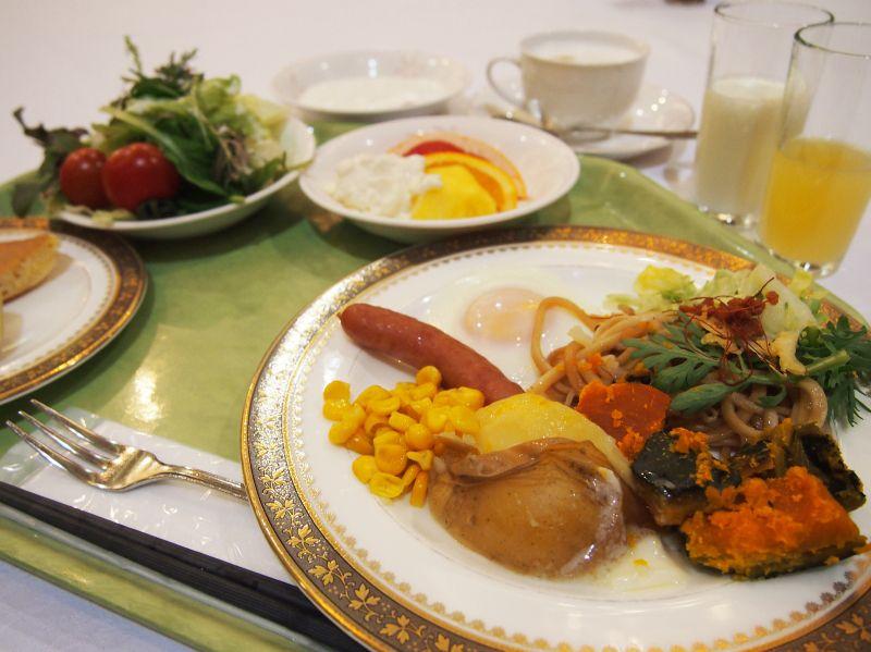 朝食は最上階レストランで朝食バイキング、和定食も