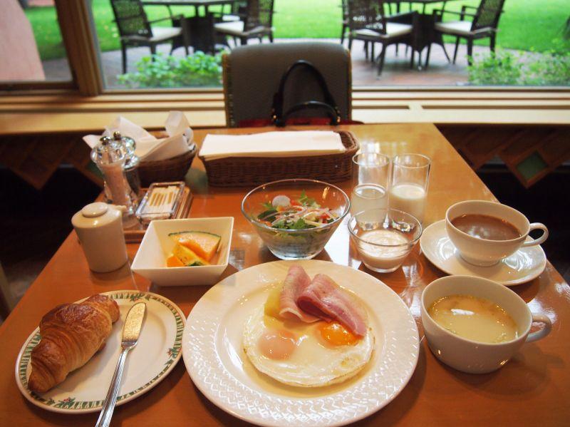美しい庭を眺めながら頂く、優雅な朝食