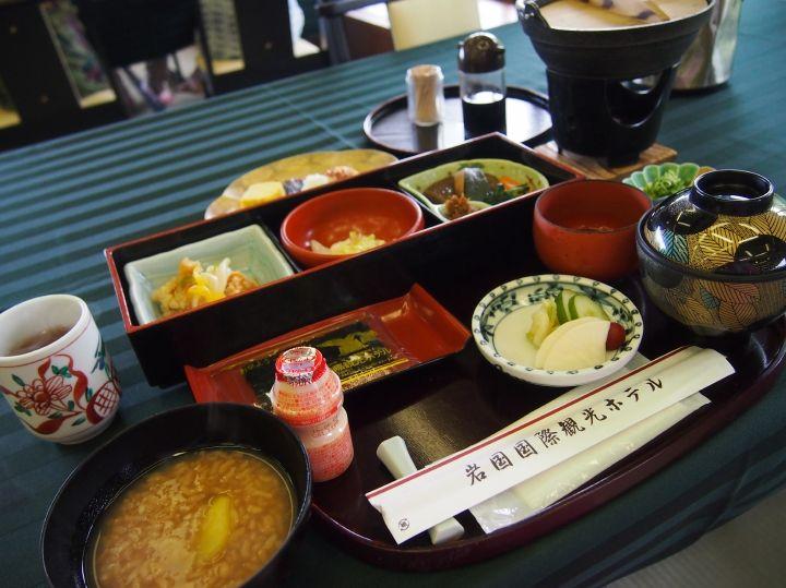 朝食は和定食、手作り豆腐、名物の茶粥も