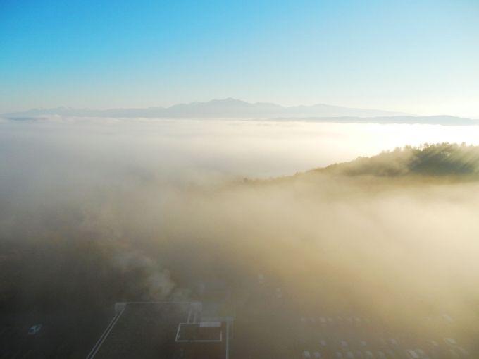 雄大な十勝岳や富良野盆地に広がる雲海を眺める客室