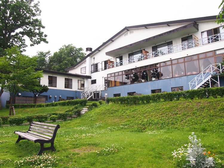 支笏湖を一望するレストランや庭、レイクビュー客室