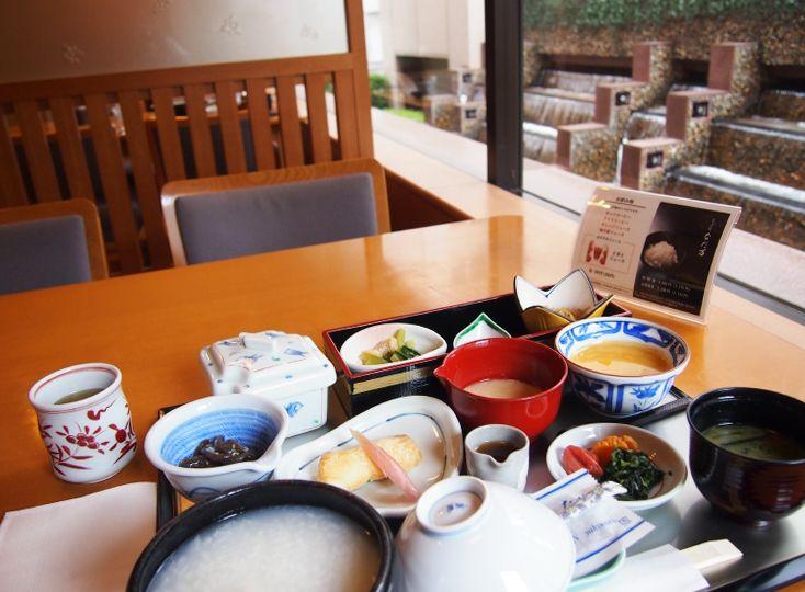 朝食には日本料理の「なだ万」のプランも
