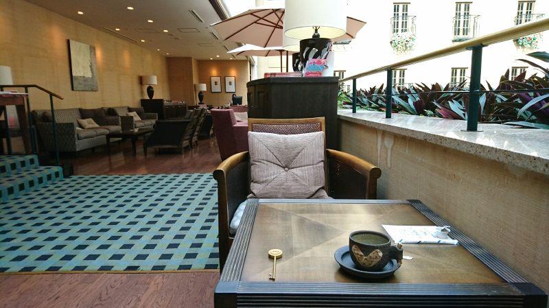 宿泊客専用のラウンジで朝は珈琲、夜はお酒を無料で提供