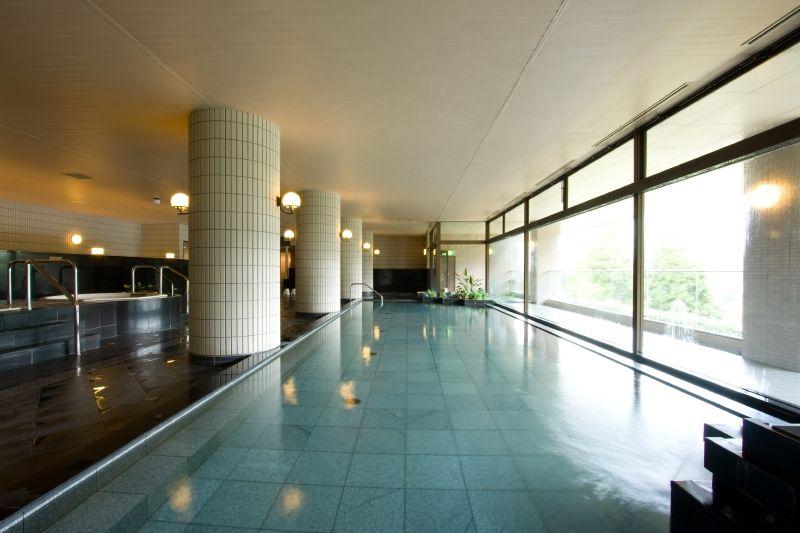 250坪の大浴場、四季の自然を眺めて入る温泉