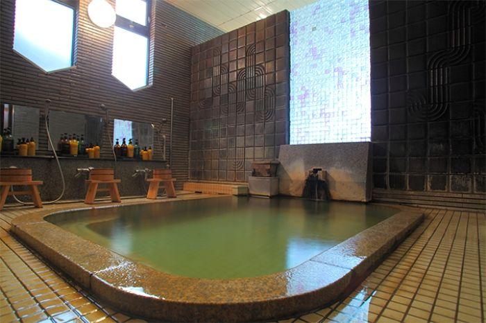 薬湯に露天風呂、3種類の温泉は24時間利用可能