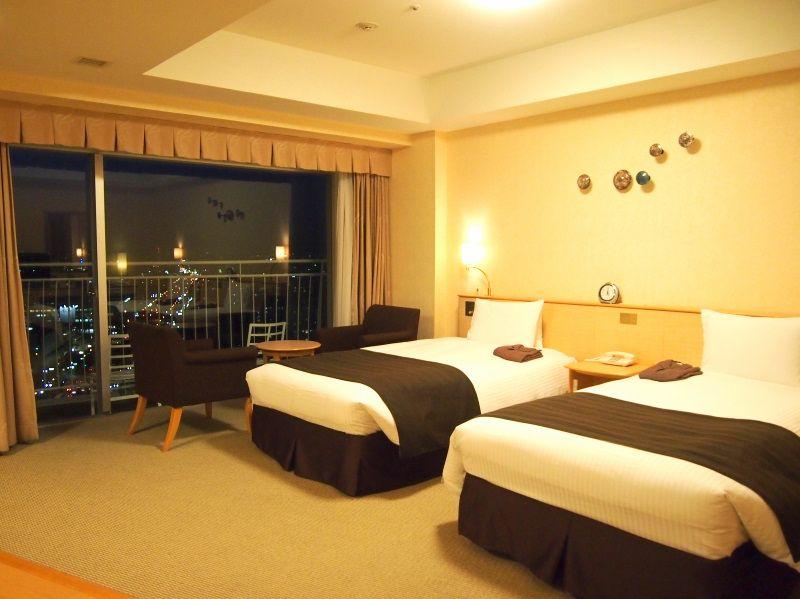 57平米の広々客室、ベッドに畳の間もあって快適!