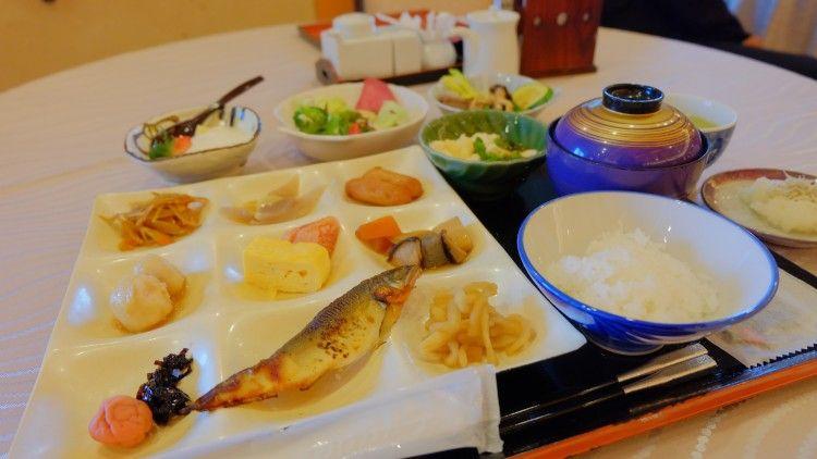 朝食も鮮やか!約40種類の和洋食のバイキング