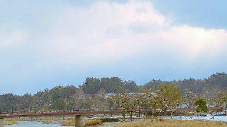 ラウンジからは球磨川の眺め、朝夕は散策に出かけみよう!