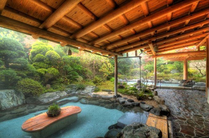 庭園を楽しむ客室、自家源泉の温泉に庭園露天風呂