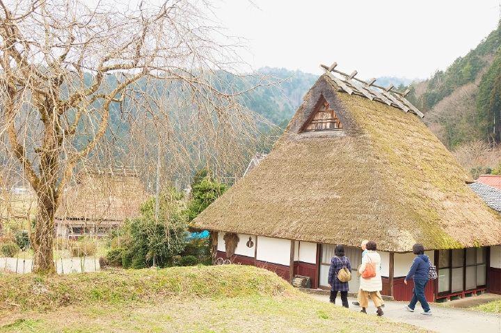 38棟の茅葺屋根、日本の原風景を歩く