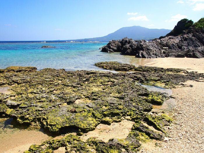 白いサンゴ礁に囲まれたビーチに、奇岩「ムシロ瀬」