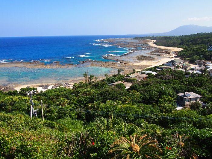 海食崖の断崖絶壁「犬田布岬」、2つの海を眺める展望台
