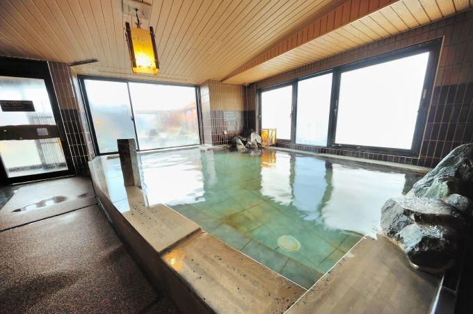 最上階の天然温泉には優雅な露天風呂