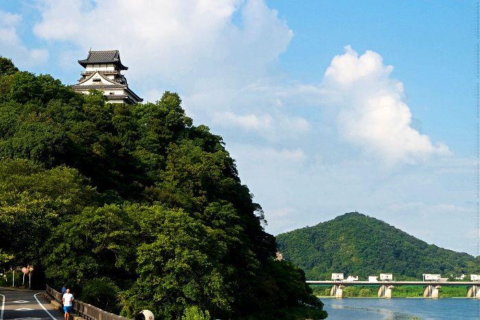 眼前に国宝天守、敷地に国宝茶室有す日本庭園