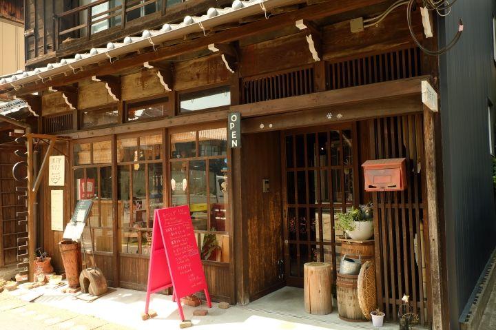 城下町の路地にある素敵なカフェ