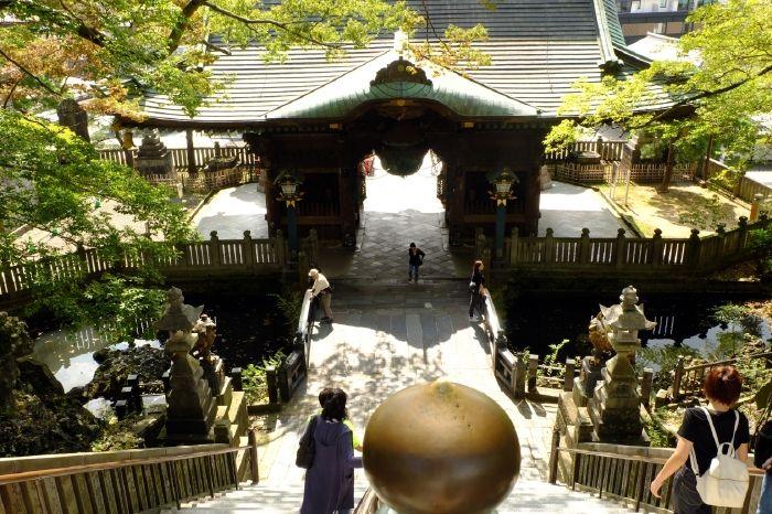 外国人に人気!壮麗な仁王門の先に神秘的な放生池