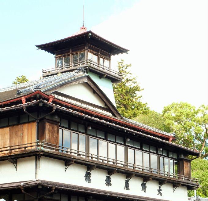 木造三階建の屋上に美しい望楼「大野屋」
