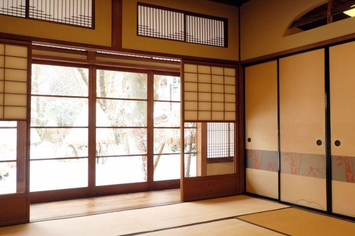 趣の異なるお座敷、日本庭園、廊下も見事
