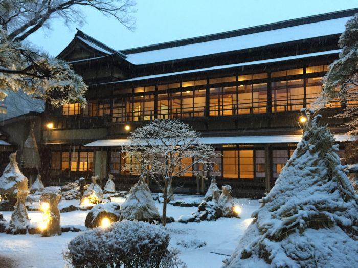 冬は雪見、夜はライトアップ、郷土料理の鍋やお酒も