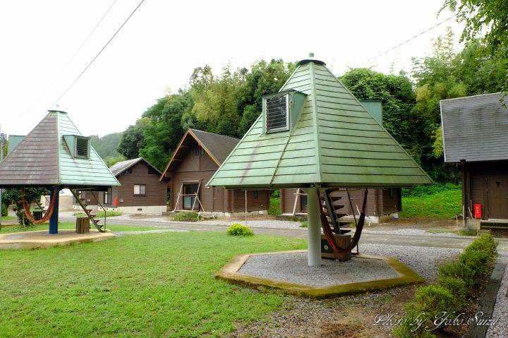 軒下のハンモック付ツリー型ハウス