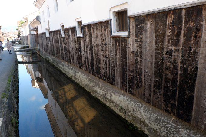 赤瓦と白壁の土蔵、町家が織りなす美しい町並み