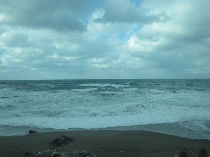 日本海の荒波を眺めつつ秋田から青森へ!「リゾートしらかみ」に乗って五能線の冬景色を満喫