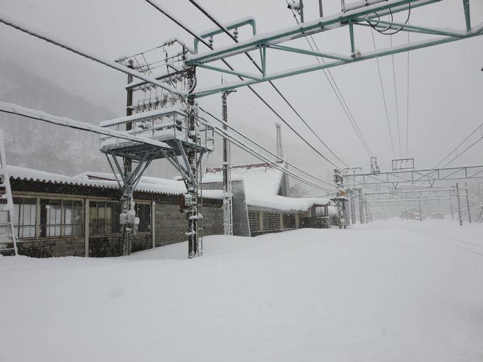 雪に埋もれた駅舎。