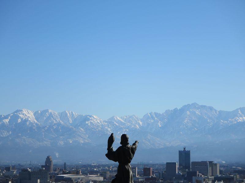 富山市中心部から立山連峰を眺め...
