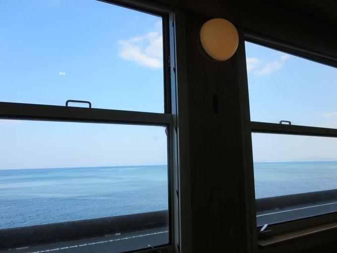 車窓からは海。