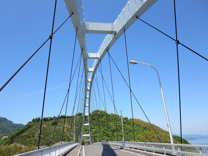 青空に映える岡村大橋。