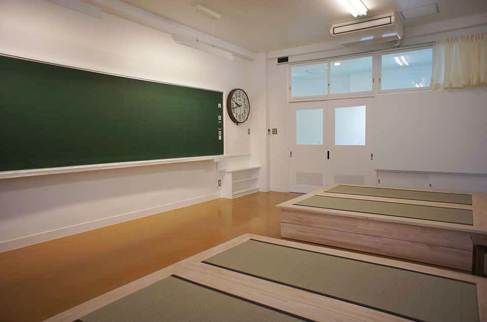 教室で泊まれる!