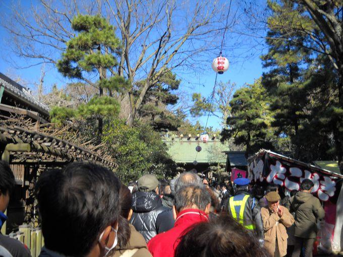 参拝者で賑わう意富比神社への参道