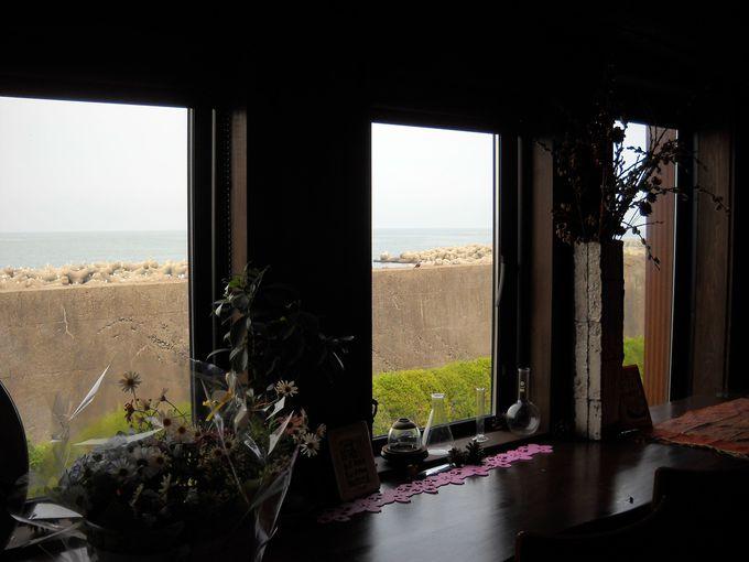 窓際の席に腰掛ければ、天然の生簀・富山湾がひろがる