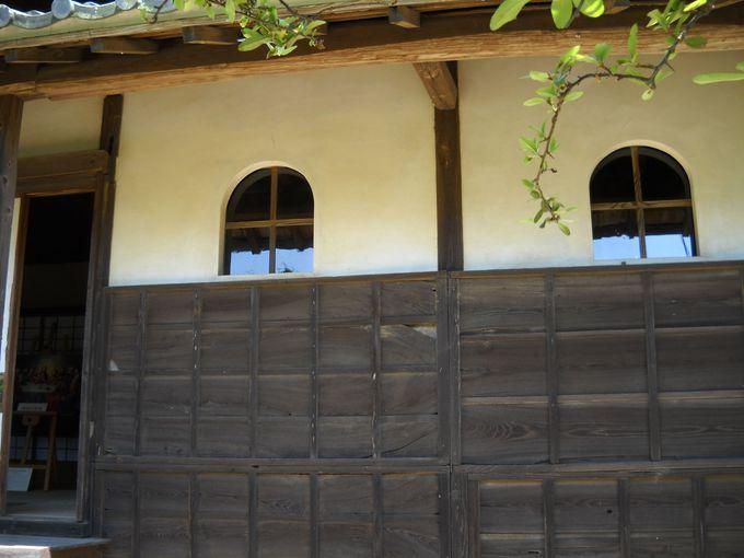 十字に区切られた洋風の窓