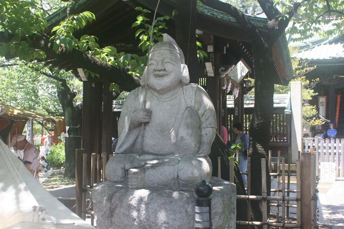 神社の入口で「恵比寿様」が、ニッコリ!とお出迎え
