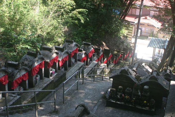 参道から霊場へ続く108段の石段