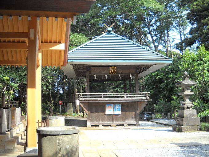 例祭には「十二座神楽」が奉納される「神楽殿」