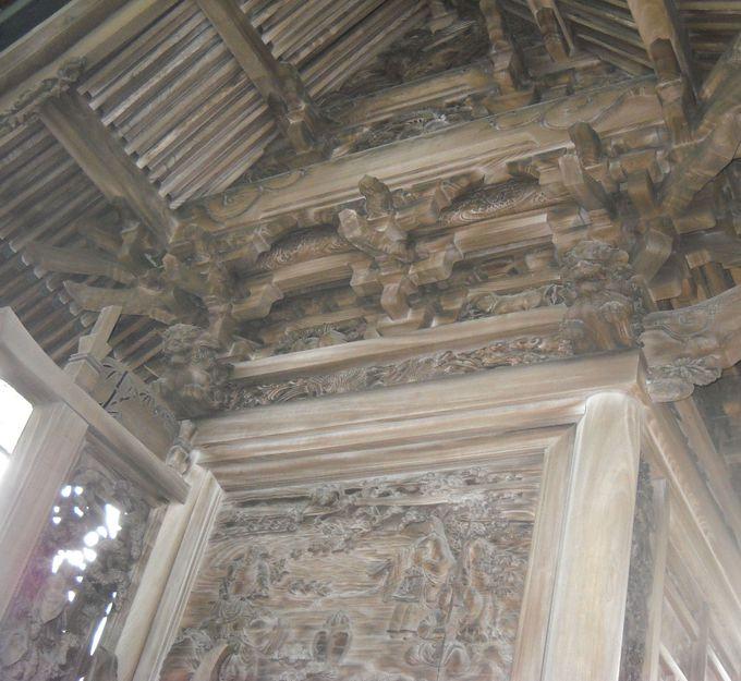 本殿壁面に施されている「透かし彫り技法」は必見!