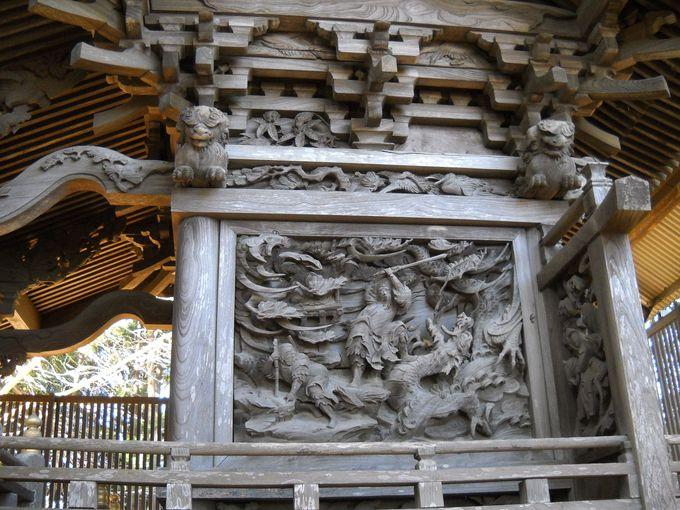 壁面には彫刻で神話が語られている